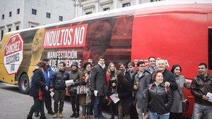 Autobús de Ciudadanos contra el indulto a los independentistas frente al Congreso de los Diputados.