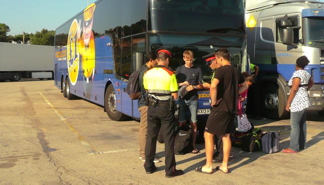 El autocar de Megabus bloqueado sin conductor en la estación de servicio de Maçanet de la Selva.