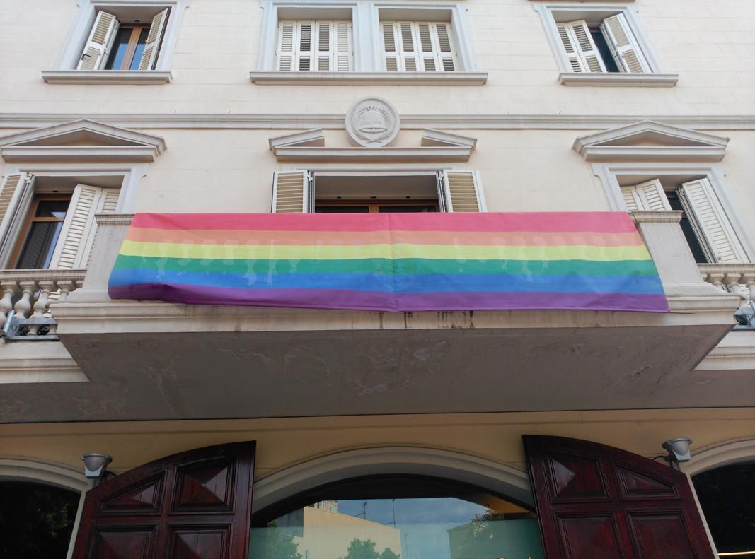 La bandera del colectivo LGTBI ondea en el Ayuntamiento de Sant Boi en una imagen de archivo.