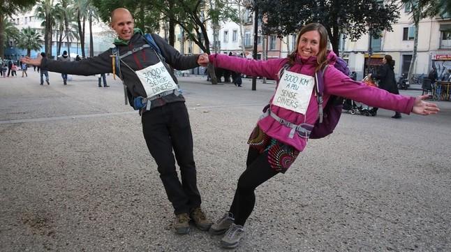 Los viajeros Urska y Gregor, en la Rambla del Raval de Barcelona.