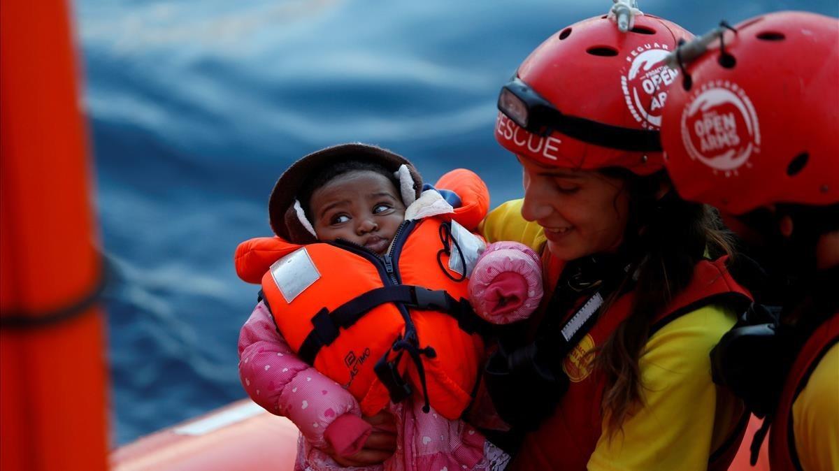 Un bebé rescatado en el mar por la tripulación del Open Arms, en el Mediterráneo central, el 16 de diciembre del 2017.