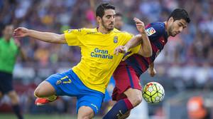 Bigas entorpece el juego de Suárez, durante el partido entre el Barcelona y el Las Palmas.