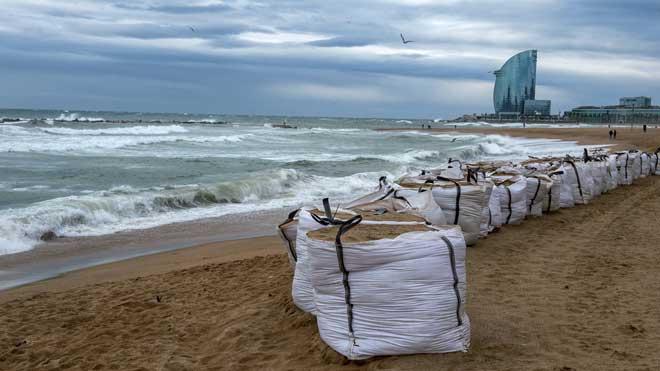 La Borrasca Gloria llega a Catalunya, fuerte viento en las playas de Barcelona.