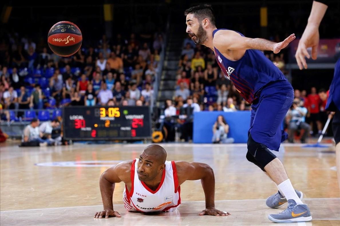 El capitán azulgrana Navarro observa el balón, con Granger caído en el suelo durante el tercer partido