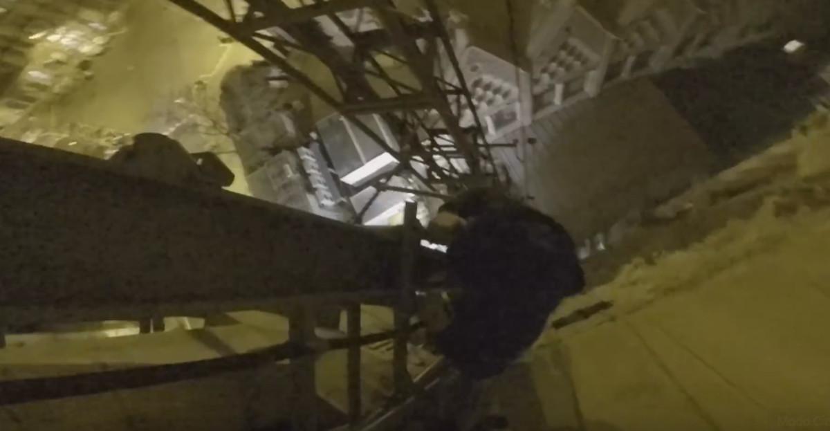 Captura del vídeo con una escalada vandálica en la Sagrada Família.