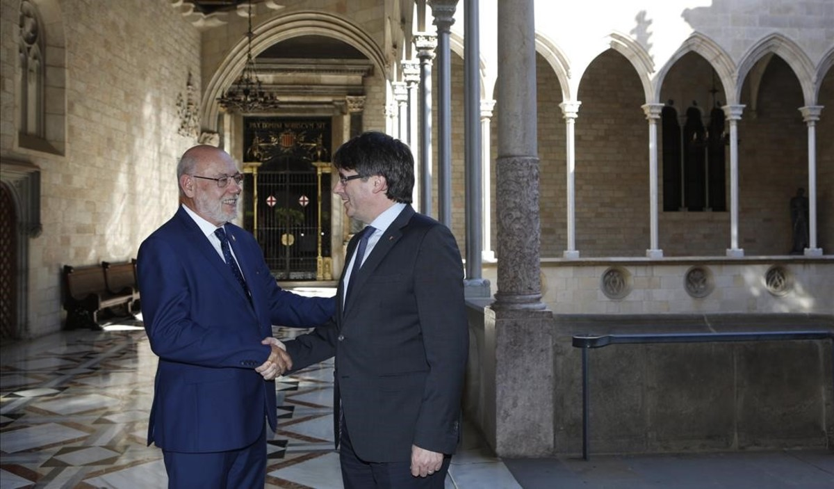 El presidentCarles Puigdemontsaluda al fiscal general del Estado, José Manuel Maza, en el Palau de la Generalitat.