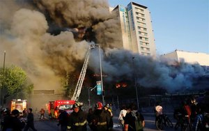 Protestas en Chile provocan un gran incendio de un inmueble.