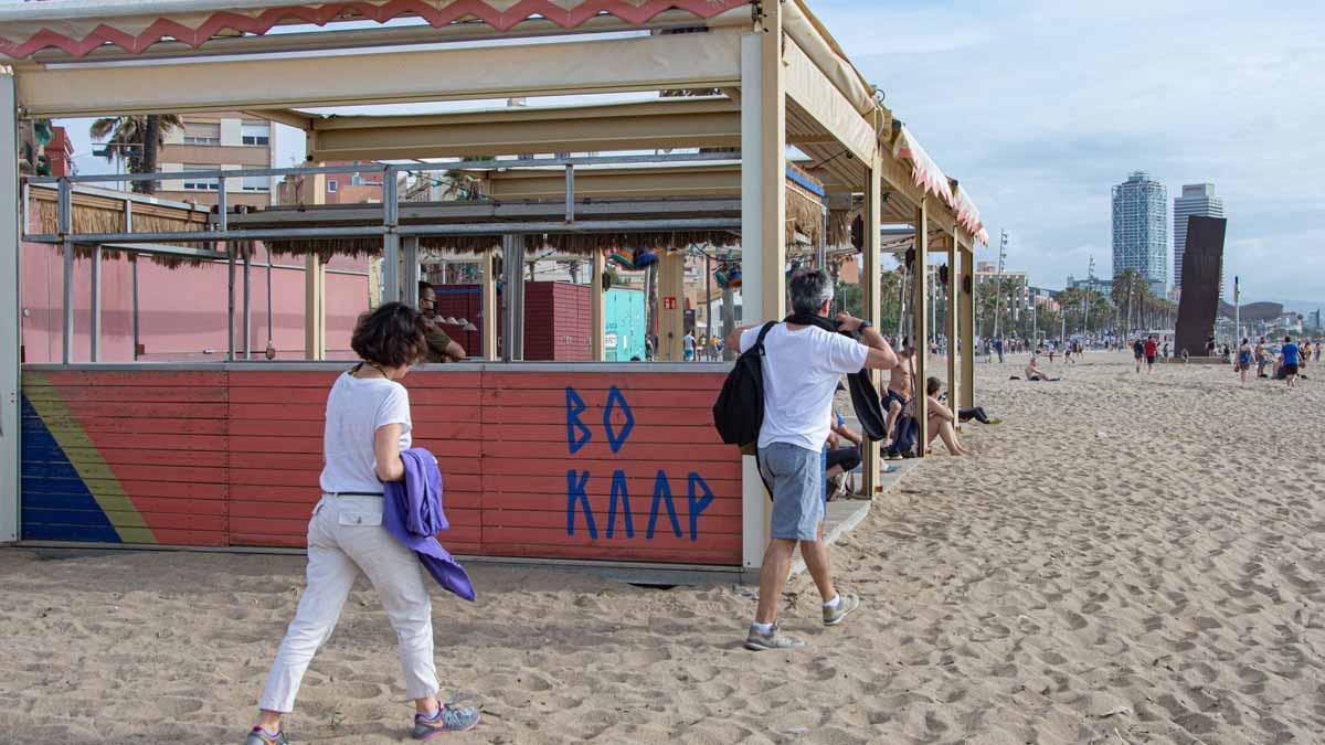 Chiringuitos cerrados, de momento, en la playa de Barcelona. Estos establecimientos podrán empezar a abrir mañana.