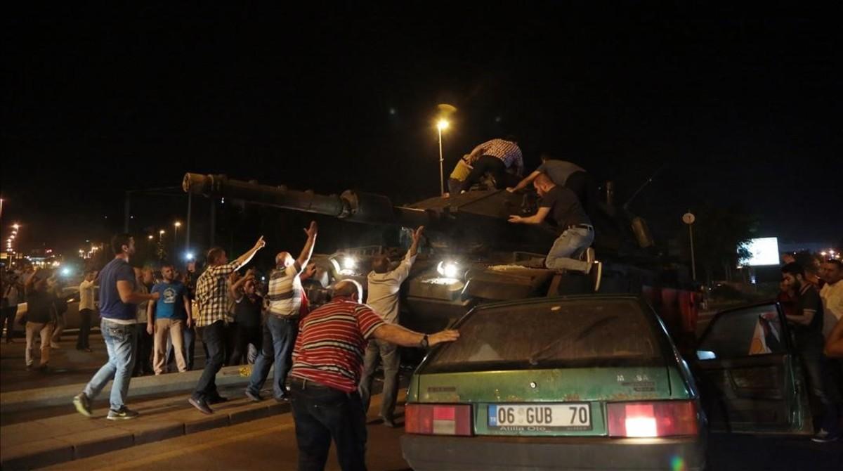 Ciudadanos turcos intentan impedir el avande de los tanque en Ankara.