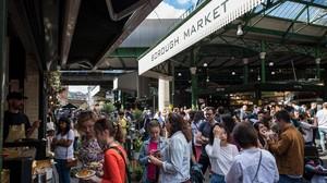 Clientes y transeúntes en el mercado de Borough, en Londres, escenario de un atentado yihadista hace justo un año.