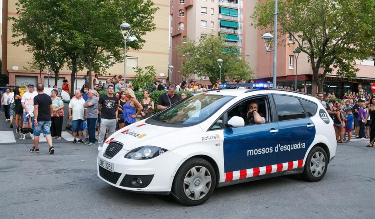 Un coche de los Mossos en la concentración de vecinos de ayer por la tarde en La Llagosta.