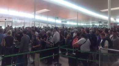 El control de pasaportes de la T-1 genera las primeras colas del verano
