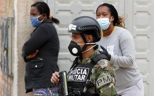 Militares y personas con mascarillas por el coronavirus en Colombia.