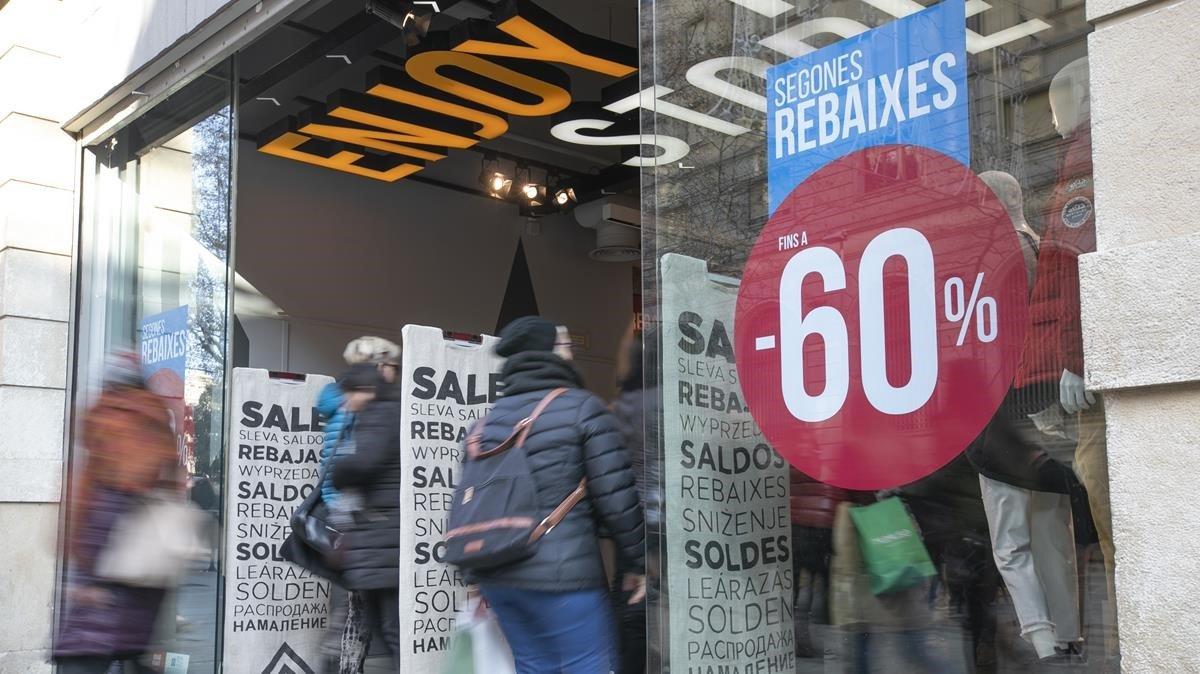 Consumidores entrando en un comercio de Barcelona, durante las rebajas.
