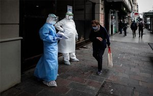Personal médico atiende la pandemia de coronavirus en Argentina.