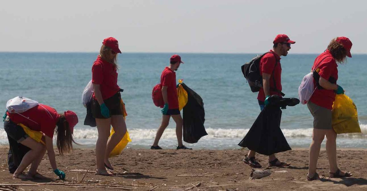 Voluntarios recogen residuos marinos en la costa catalana