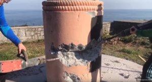 Personas taladrando el monumento franquista derribado de Ondarroa