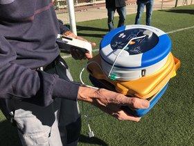 Muestra del desfibrilador instalado en uno de los campos de fútbol de Badalona.