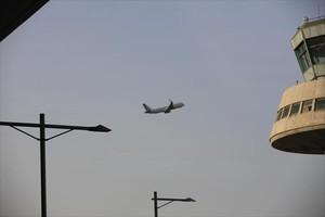 Despegue 8Un avión sale del aeropuerto de El Prat, ayer.