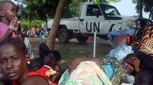 Desplazados sursudaneses de los combates de Yuba en un campamento de la ONU.