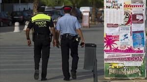 Un agente de la policía de Torredembarra patrulla junto a un mosso, en agosto del 2012