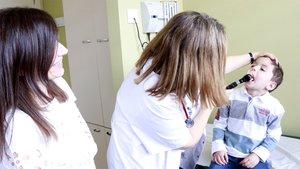 La doctora Susana Rives explora a Álvaro, el primer paciente pediátrico tratado con terapia CAR-T19.