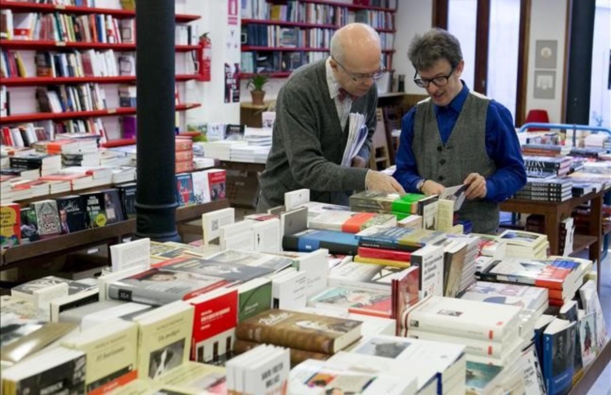 Josep Cots y Eric del Arco, propietarios de la librería Documenta, en la calle Pau Clarís.