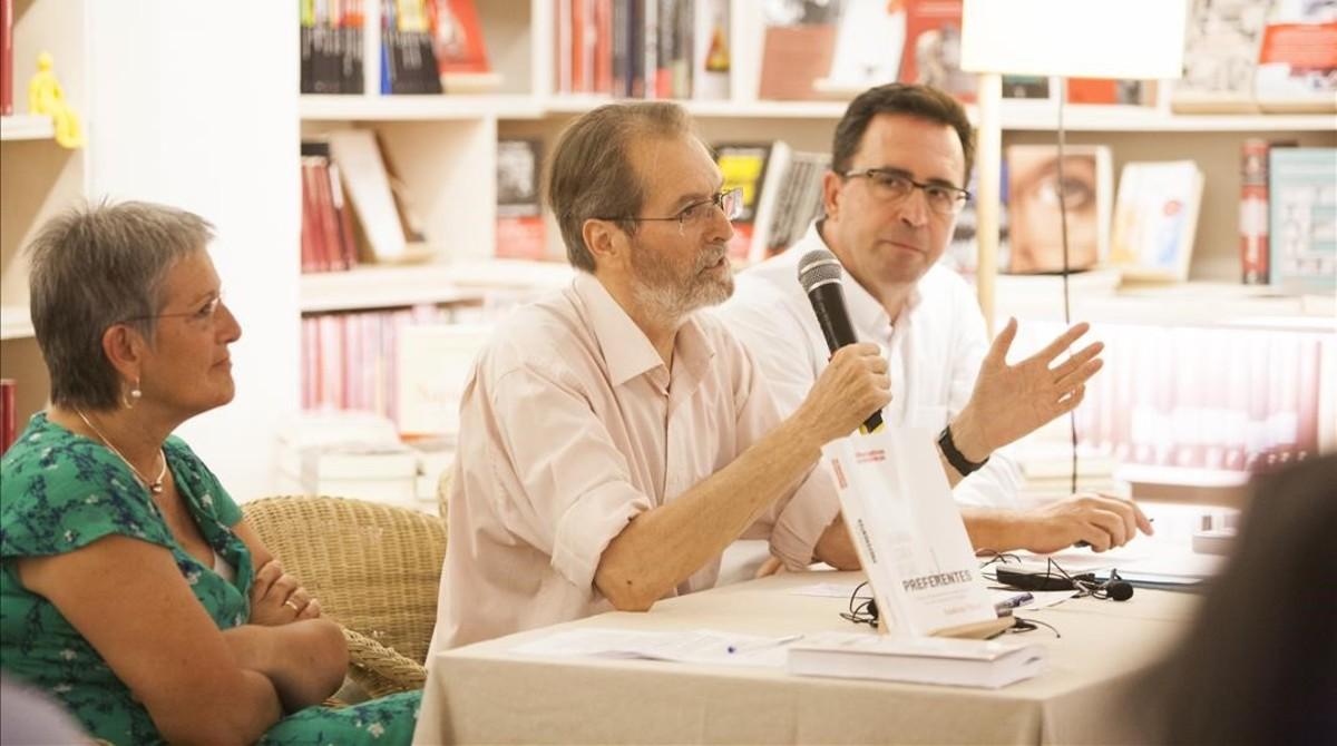 Andreu Missé, entre Milagros P.Oliva y Antoni Garrido, en al librería +Bernat, el lunes.
