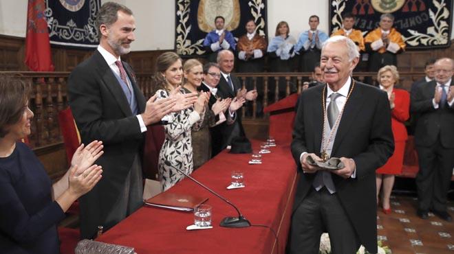 El escritor Eduardo Mendoza recibeel Premio Cervantes de manos del rey Felipe.