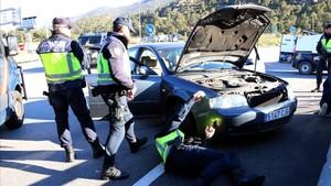 Efectivos de la Policía Nacional registran en La Jonqueraa los vehículos que provienen de Francia.