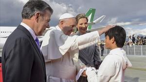 Emmanuel, hijo de la congresista Clara Rojas, le entregó al Papa la paloma de la paz.