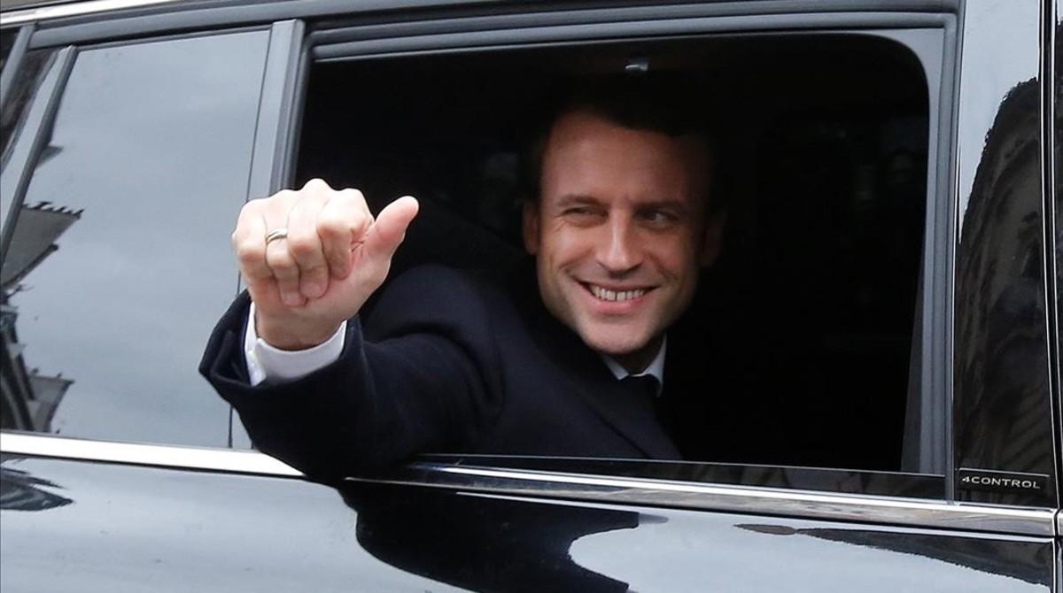 Emmanuel Macron, saluda feliz desde el coches el día de la segunda vuelta de las presidenciales.