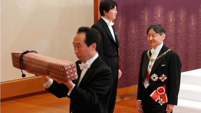 El emperadorNaruhitoinaugura su mandato con un homenaje a su padre.