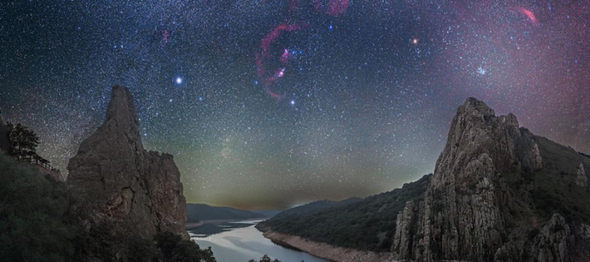 Entre encinas y estrellas, la foto de José Luis Quiñones del cielo estrellado de Monfragüe elegida por la NASA foto del día, este martes, 14 de marzo.