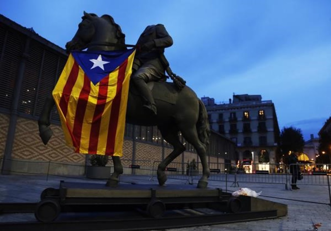 Barcelona 16-10 2016Estatua de Franco en el Born conunabanderaestelada