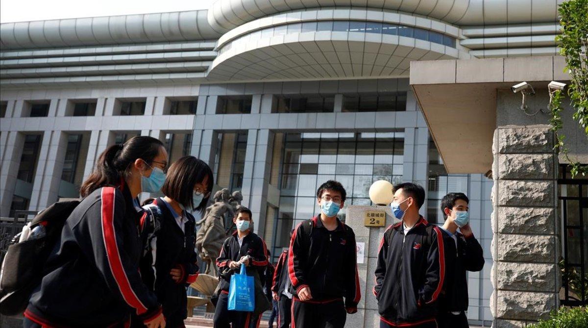 Estudiantes con mascarilla en un instituto de Pekín, este lunes.
