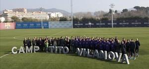 La família, amics, directius i el primer equip del Barça al camp Tito Vilanova de la ciutat esportiva, en l'homenatge al tècnic mort.