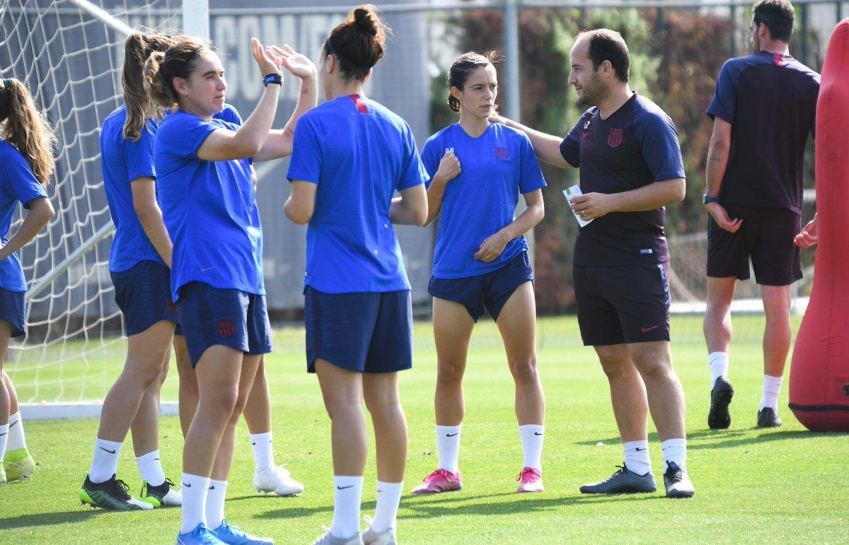 Lluís Cortes, junto a Aitana Bonmatí, en un entrenamiento del Barça.
