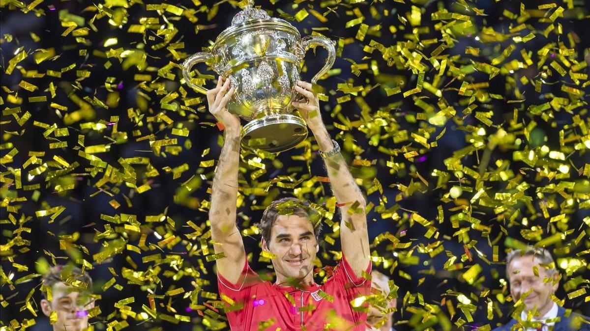 Federer, con la copa de Basilea.