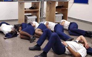 Performance de los tripulantes de Ryanair obligados a esperar en la sala de personal de Ryanair y sin hotel asignado.