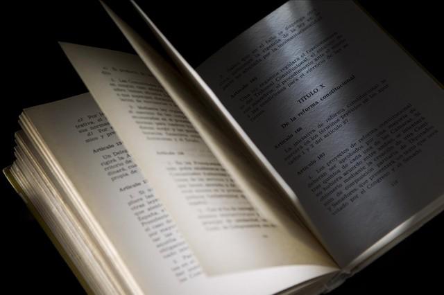 Un ejemplar de la Constitución, abierto por el título que regula la reforma de la propia norma.