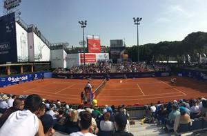 Aspecto de la pista con Nishikori y Guillermo García-López, minutos antes de la retirada del tenista japonés.