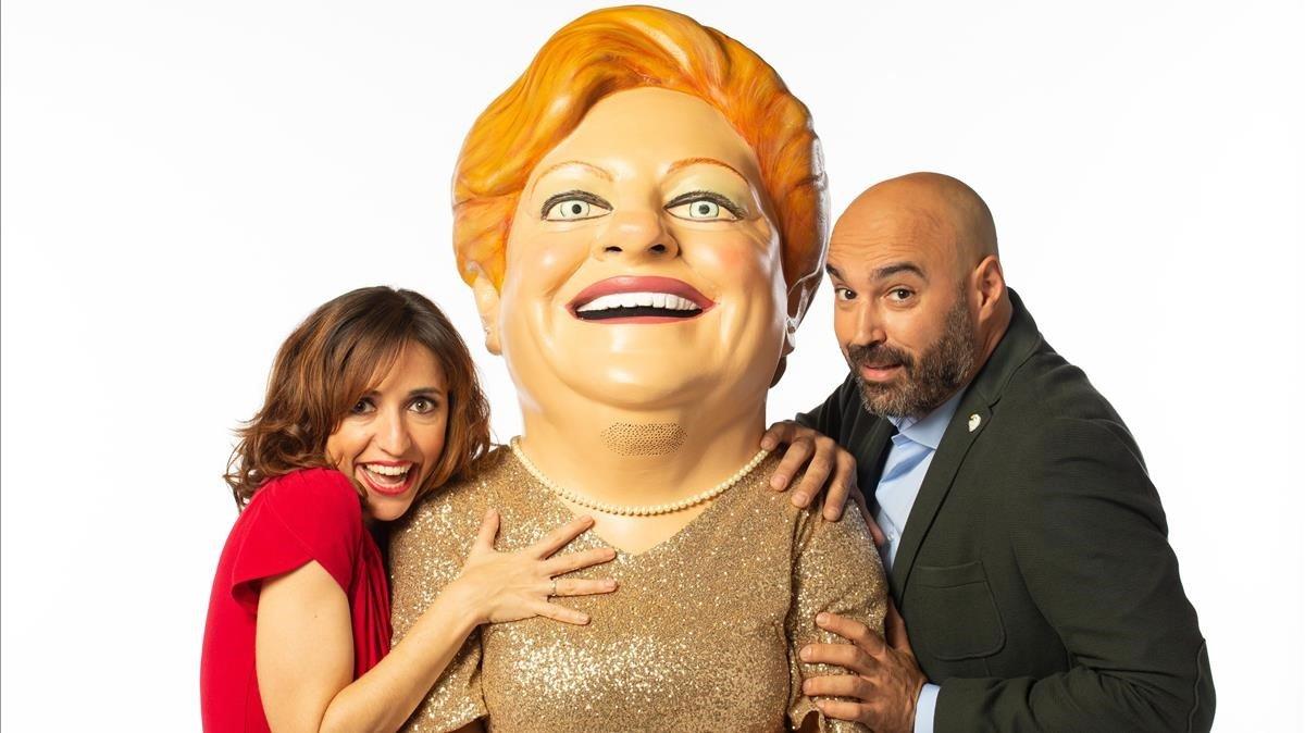 La 'capgrossa' que da imagen a la lotería de la Generalitat, con los presentadores Anna Bertran y Llucià Ferrer.