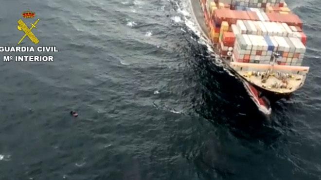 La Guardia CIvil evita que un buque embista a una patera en el Estrecho.