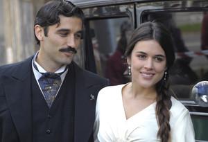 Álex García y Adriana Ugarte, durante el rodaje de la miniserie 'Habitacions tancades', que emite TV-3.