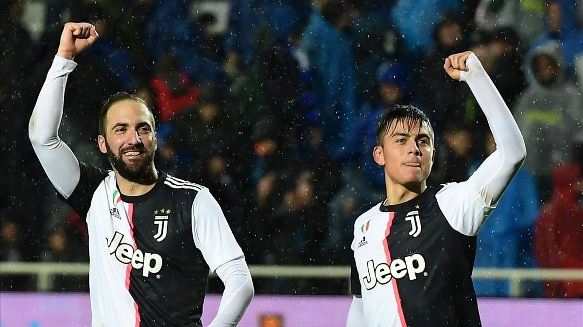 Higuaín y Dybala celebran un gol de la Juventus al Atalanta.