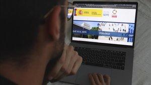 Un hombre mira la página web del Sepe, el pasado día 22.