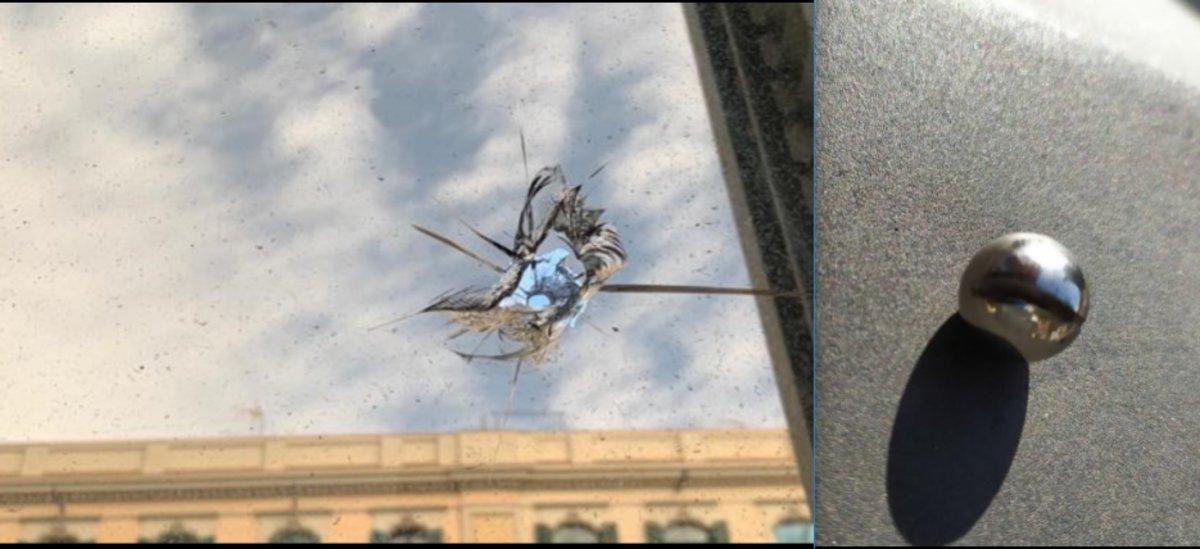 Impacto de rodamiento en el cristal de una ventana de la primera planta del edificio de la Jefatura de Policía Nacional en Barcelona, que se registró durante la noche de este jueves.