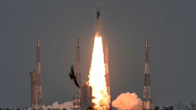 La India lanza con éxito su misión al inexplorado polo sur de la Luna.
