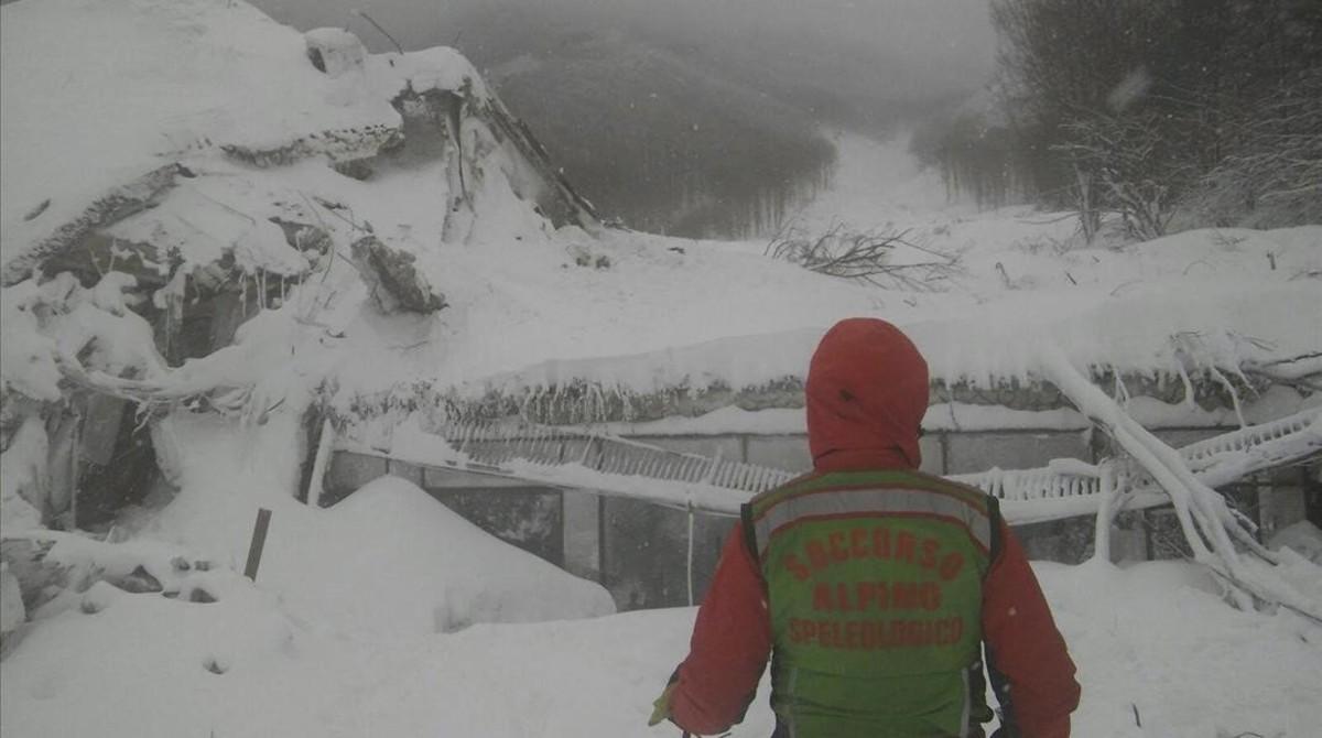 Un integrante de los servicios de rescate, ante el hotel siniestrado, el 19 de enero.